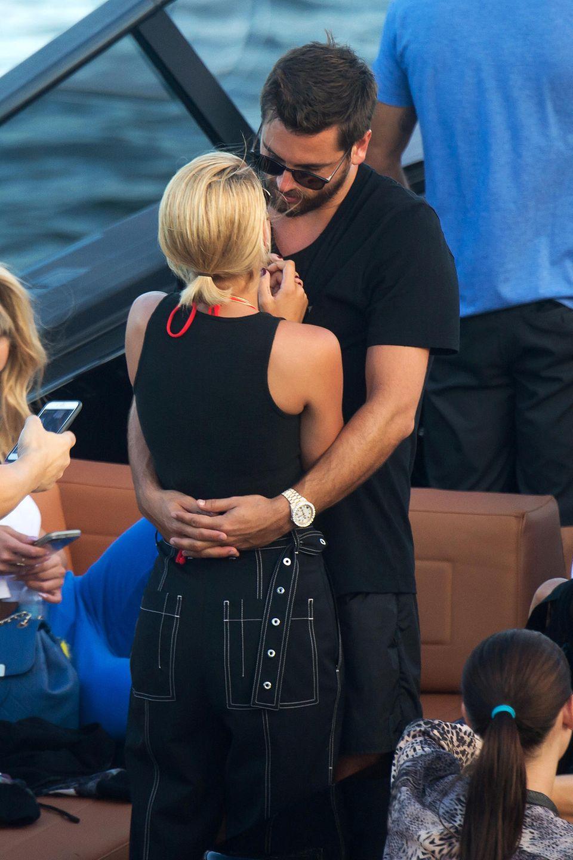 Später auf einem Boot sieht man dann beim Knutschen sehr schön, dass sich Sofia und Scott farblich komplett einig sind.