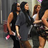 Endlich zeigt sich die schwangere Kylie Jenner in der Öffentlichkeit. Doch ihr Babybauch lässt sich leider nur erahnen. In brauner, glänzender Latexhose und weitem Shirt kaschiert Kylie ihren Bauch eher