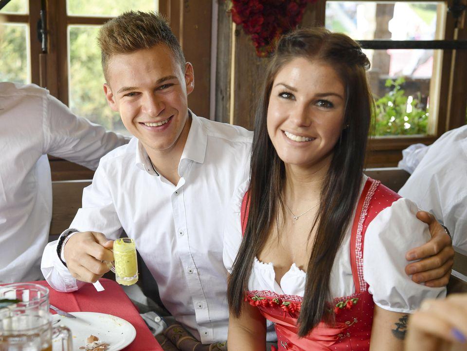 Das wohl jüngste Paar der Bayern-Runde sind mit Mitte 20 Joshua Kimmich und Lina Meyer. Das soll aber nicht bedeuten, dass sie sich erst seit gestern kennen. Bereits seit vier Jahren sind die zwei nun zusammen.