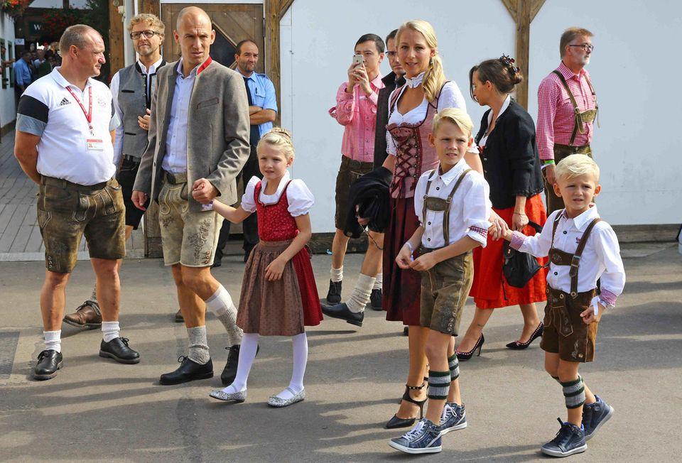 Bayern-Spieler Arjen Robben steht auf der Wiesn plötzlich nicht mehr im Fokus. Er bekommt Konkurrenz von seinen süßen Kids, Lynn, Luka und Kai, die ihn und Mama Bernadien begleiten und alle Blicke auf sich ziehen.