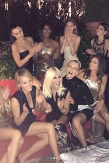 Eine noch größere Model-Clique hat Donatella Versace um sich. Zu ihren Girls zählen: Bella und Gigi Hadid, Naomi Campbell, Cindy Crawford und Tochter Kaia Gerber, Anja Rubik und viele mehr.