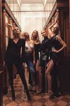 Wer meint, dass Catwalk-Queens wie Candice Swanepoel, Anja Rubik, Doutzen Kroes, Natasha Poly und Caroline Trentini sich nur auf dem Laufsteg verstehen, irrt. Auch privat kreuzen sich ihre Wege. Die Model-Attitüde geht aber auch dann nicht verloren.