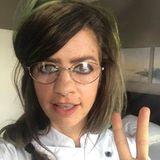 """Dunkles Wuschelhaar, viel Kajal, Retro-Brille - dürfen wir vorstellen?! Anita. Oder auch: Susan Sideropoulos, die sich für ZDFs """"Versteckte Kamera"""" optisch in den neuesten Superfan von Ross Anthony verwandelt."""