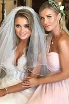 Auch wenn der One-Shoulder-Traum aus rosa Chiffon und Spitze fast schon ein Standardkleid für Brautjungfern ist, sieht Joanna Krupa darin - und neben der Braut, ihrer Schwester Marta - einfach bezaubernd aus.