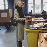An einem Sonntag ist es auch für ein Topmodel ok, mal im Schlafanzug zu bleiben. Lena Gercke geht in ihrem Sonntags-Schlabberlook ins Wahllokal. Ihren legeren Look bestehend aus XXL-Schal, Jogginghose und langem Mantel peppt sie jedoch mit einer großen It-Bag, von Chanel für über 5.000 Euro auf.