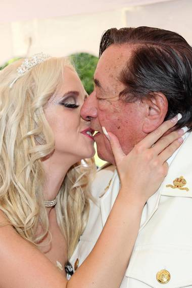 Cathy Lugner gab Richard Lugner am 13. September 2014 ihr Jawort. Damals war sie 24 Jahre alt, er 81. Das Foto zeigt sie bei ihrer Verlobung sechs Wochen zuvor.