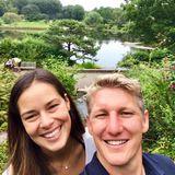 Super happy schießen Ana Ivanovic und Bastian Schweinsteiger in Chicago ein Selfie. Die hübsche Brünette zeigt sich dabei komplett ungeschminkt, aber nicht weniger strahlend schön