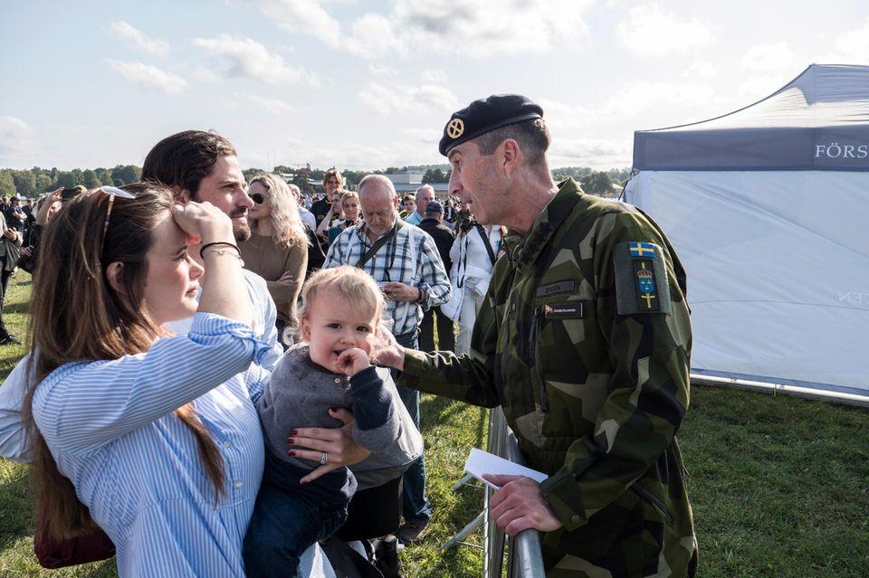 25. September 2017  Erst vor drei Wochen ist Prinzessin Sofia von Schweden wieder Mutter geworden, nun ist sie schon wieder mit Prinz Carl-Philip auf einem Event in Stockholm unterwegs. Beim Verteidigungstag, einem Militärevent zur Information der Bevölkerung, sieht Sofia auch schon wieder superschlank aus