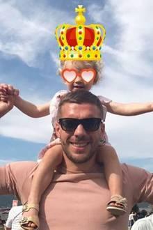"""Seine Maya trägt Poldi auf Händen - oder aber auch auf Schultern, falls der Kleinen all die Action zu anstrengend wird. """"Der wichtigste Tourist des Landes"""", schreibt der Fußballer zu diesem Foto und zeigt damit erneut, wie sehr ihm sein Töchterchen am Herzen liegt."""