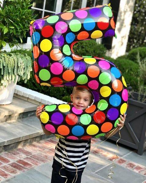 """26. September 2017  Es ist kaum zu übersehen, dass im Hause Witherspoon der fünfte Geburtstag von Tennessee gefeiert wird. Der XXL-Ballon verrät es einem sofort. Den """"kleinen Großen"""" muss man dahinter allerdings erst einmal suchen."""