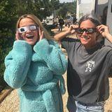 21. August 2017  Von wegen finster: Reese Witherspoon strahlt über beide Ohren, als sie sich die Sonnenfinsternis anguckt.