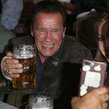 Im Zelt genießt Arnie dann erst einmal eine Maß Bier sowie traditionellen Kaiserschmarrn - für ihn eine Besonderheit. Das gibt es in Kalifornien ja schließlich nicht.