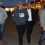 Etwas unscheinbar schreitet sogar Hollywood-Star Kevin Spacey über das Oktoberfest. Nur der Bodyguard in seinem Rücken verrät, dass hier Prominenz unterwegs ist.