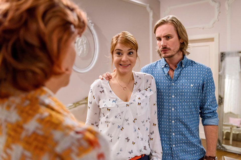 Rebecca Herz (Julia Alice Ludwid) und William Newcombe (Alexander Milz) treffen auf den neuen Hotelgast Astrid Westkamp (Carmen-Dorothé Moll)