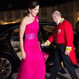 26. September 2017  In einer pinkfarbenen Robe von Designer David Andersen erscheint Prinzessin Mary zum Gala-Dinner auf Schloss Fredensborg.