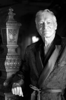 """27. September 2107: Hugh Hefner (91 Jahre)  Der Gründer des berühmten """"Playboy""""-Magazins verstarb im Alter von 91 Jahren in Los Angeles. In seinem berühmten Anwesen, der """"Playboy Mansion"""", ist er im Beisein seiner Lieben eines natürlichen Todes gestorben. Hugh Hefner war dreimal verheiratet und hinterlässt vier Kinder."""