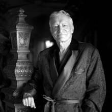 """27. September 2017: Hugh Hefner (91 Jahre)  Der Gründer des berühmten """"Playboy""""-Magazins verstarb im Alter von 91 Jahren in Los Angeles. In seinem berühmten Anwesen, der """"Playboy Mansion"""", ist er im Beisein seiner Lieben eines natürlichen Todes gestorben. Hugh Hefner war dreimal verheiratet und hinterlässt vier Kinder."""
