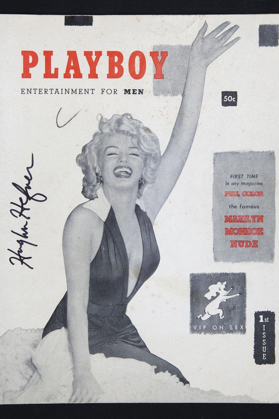 """1953  Nachdem Hugh Hefner an der University of Illinois seinen Abschluss in Psychologie mit Fokus auf kreativem Schreiben und Kunst gemacht und anschließend als Texter bei dem """"Esquire""""-Magazin gearbeitet hat, gründet er den Playboy. Das erste Cover ziert Sexsymbol Marilyn Monroe - auch wenn die zwei sich nie begegneten."""