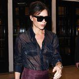 Ziemlich heißes Teil! Designerin Victoria Beckham kombiniert zu einem Rock aus ihrer eigenen Kollektion eine komplett durchsichtige Bluse. Auf einen BH verzichtet sie dabei, Brusttaschen verdecken das allernötigste
