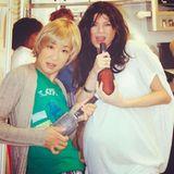 """28. September 2017  Ellen Pompeo postet auf Instagram dieses lustige Throwback, das sie und Sandra Oh am Set von """"Grey's Anatomy"""" zeigt. Darauf stellen sie ihre Girlband-Qualitäten super lustig unter Beweis."""
