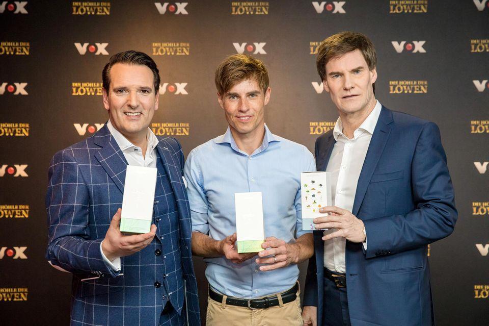 Erfolgreicher Deal! Ralf Dümmel, Veluvia-Mitgründer Jörn-Marc Vogler und Carsten Maschmeyer feiern einen erfolgreichen Deal