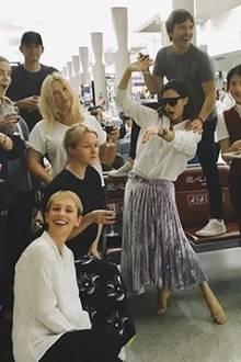 """""""Wenn ich eine Party mit air China schmeiße, dann schmeiße ich auch eine Party"""", schreibt Posh zu diesem Foto, das allemal bewesit: Die Frau versteht etwas davon, überall für Spaß zu sorgen."""