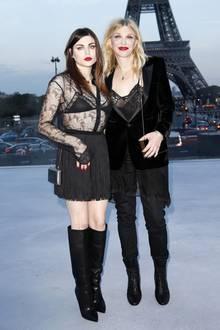 Unverkennbar Familie! Courtney Love und ihre Tochter Frances Bean Cobain zeigen sich bei der Fashion Week in Paris im schwarzen Gothic-Partnerlook. Und sogar der knallrote Lippenstift steht beiden gleichermaßen gut.