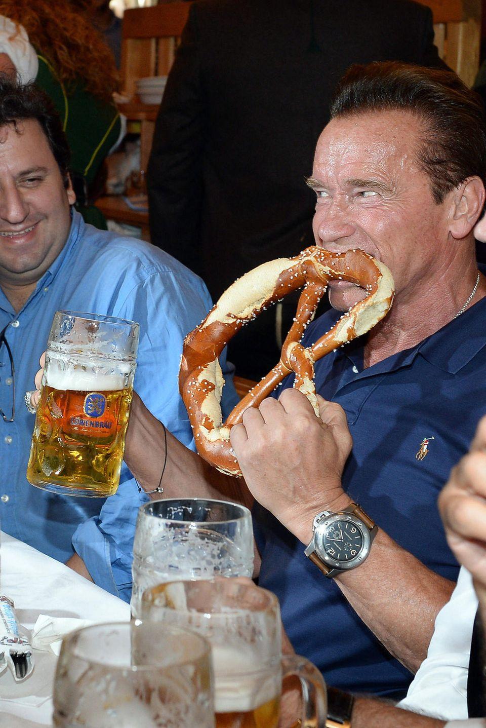 Stärkung für den Terminator: Arnold Schwarzenegger tankt nicht nur etwas Bier sondern auch neue Brezn-Kräfte.