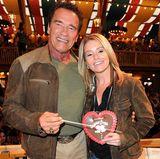 """Die Stärkung hat Arnie auch nötig. Er ist mittlerweile den zweiten Tag auf der Wiesn unterwegs. Dieses Mal hat er seine """"Superfrau"""" Heather Milligan mitgebracht."""