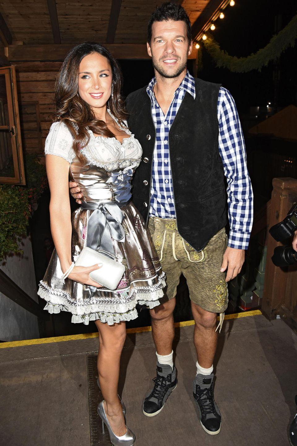 Michael Ballack hat auf dem Oktoberfest einen besonderen Grund zum Anstoßen: Er feiert hier - zusammen mit seiner Freundin Natach Tannous - seinen 41. Geburtstag.