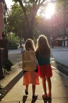 7. September 2017  Bei Sonnenaufgang wird Tabitha von ihrer Schwester Marion Loretta auf dem Weg zur Schule begleitet. Für die 8-Jährige beginnt nun das neue Schuljahr in der dritten Klasse.