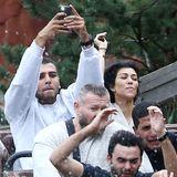Augen zu und durch: Zusammen mit ihrem Freund Younes Bendjima wagt sich Kourtney Kardashian im Disneyland in die Wildwasserbahn. Dabei entstehen witzige Schnappschüsse, auf denen der Reality-Star die für Achterbahnen typischen Grimassen schneidet.