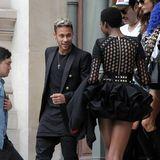Fußball-Superstar Neymar flirtet vor der Balmain-Show noch mit Topmodel Herieth Paul.