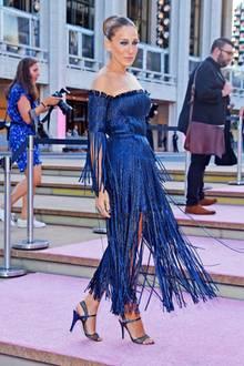 Tänzerin auf dem rosafarbenen Teppich: Sarah Jessica Parker glitzert bei der New York City Ballet Fashion Gala im blauen Fransen-Kleid von Monse.