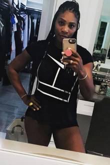 Anfang des Monats hat Serena Williams ihr erstes Kind zur Welt gebracht. Nur knapp vier Wochen nach der Geburt präsentiert die 35-Jährige in einem knappen schwarzen Outfit ihren After-Baby-Body. Und der kann sich sehen lassen...