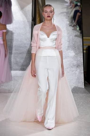 """Für Cheyenne Ochsenknecht, das jüngste Kind von Natascha und Uwe Ochsenknecht, ist es der erste Job als Model auf der Pariser Fashion Week. Für das Label """"Kaviar Gauche"""" gibt sie ihr Debüt in Paris. In einem kontrastreichen Look aus Tüll und Strick schreitet die 17-Jährige über den Catwalk."""