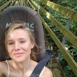 Dafür, dass Schauspielerin Kristen Bell in einem Bob sitzt und eine rasante Fahrt vor sich zu haben scheint, sieht sie sehr entspannt aus. Komplett ohne Make-up und Styling genießt die hübsche Blondine ihre Zeit in Jamaica.