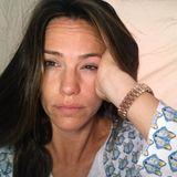 """""""Ich habe einen Kaffee nie mehr gebraucht, als nach diesem Tag"""", schreibt Dreifach-Mama Jennifer Garner unter dieses Bild. Sie zeigt sich müde und ungeschminkt mit zerzaustem Haar auf Instagram."""
