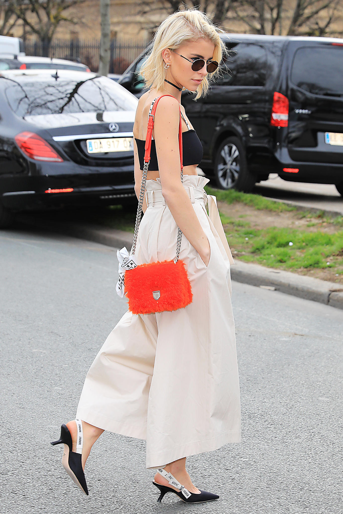 Caro Daur trägt zur weiten Hose Dior-Sling-Pumps und eine Tasche in Knallfarbe