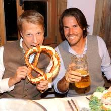 Im Käferzelt lassen es sich Oliver Pocher und Tommy Haas bei Brezeln und Bier gut gehen.