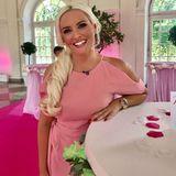 """""""I'm a Barbie girl, in a Barbie world..."""" - in einem pinken Kleid mit Cut-Outs an den Schultern posiert Daniela Katzenberger auf einem pinken Event."""