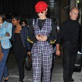 Nein, das ist kein Clown, sondern eines der gefragtesten Topmodels weltweit. Bella Hadid präsentiert sich im Rahmen der Pariser Fashion Week in einer skurrilen Kombination aus schwarzem Sweatshirt, kariertem Zweiteiler und roter Baskenmütze.