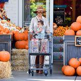 Kürbisse so weit das Auge reicht: In Amerika wir die Halloween-Saison eingeläutet und Chrissy Teigen und Töchterchen Luna erledigen erste Einkäufe.