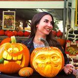 Der Herbst ist da: Bei einer Kürbisausstellung bewundert Sila Sahin die außergewöhnlichen Schnitzereien in den Kürbissen.