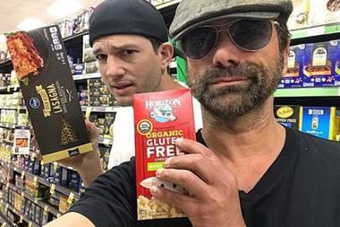 """""""Du weißt nie, auf wen du beim Einkaufen triffst"""", postet John Stamos samt Selfie aus dem Supermarkt, kurz nachdem er zufällig auf Ashton Kutcher getroffen ist. Naja, lieber John, wir wissen schon, wem wir zwischen den Regalen so begegnen. Und Hollywood-Hotties sind das nicht."""