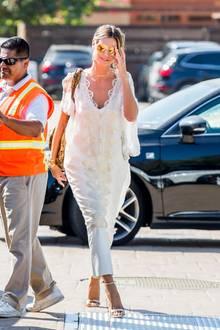 Auch im Leben der erfolgreichen Heidi Klum ist ein ruhiger Sonntag im Kreise von Freunden und Familie, das was nach einer Trennung wirklich gut zu tun scheint. In einem weißen Outfit bestehend aus Kleid und Hose, aufgepeppt mit goldenen Riemchen-Heels, verbringt die Modelmama den Tag mit ihrer Freundin Mel B und den Kindern in Los Angeles. Bei genauerem Hinsehen sticht ein Detail besonders ins Auge...
