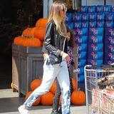 Kurz nach dem Liebes-Aus von Vito Schnabel zeigt sich Heidi Klum beim Shopping in einem legeren Look aus Jeans und T-Shirt. Sie scheint schon in den Vorbereitungen für ihre jährliche Halloween-Party zu stecken...