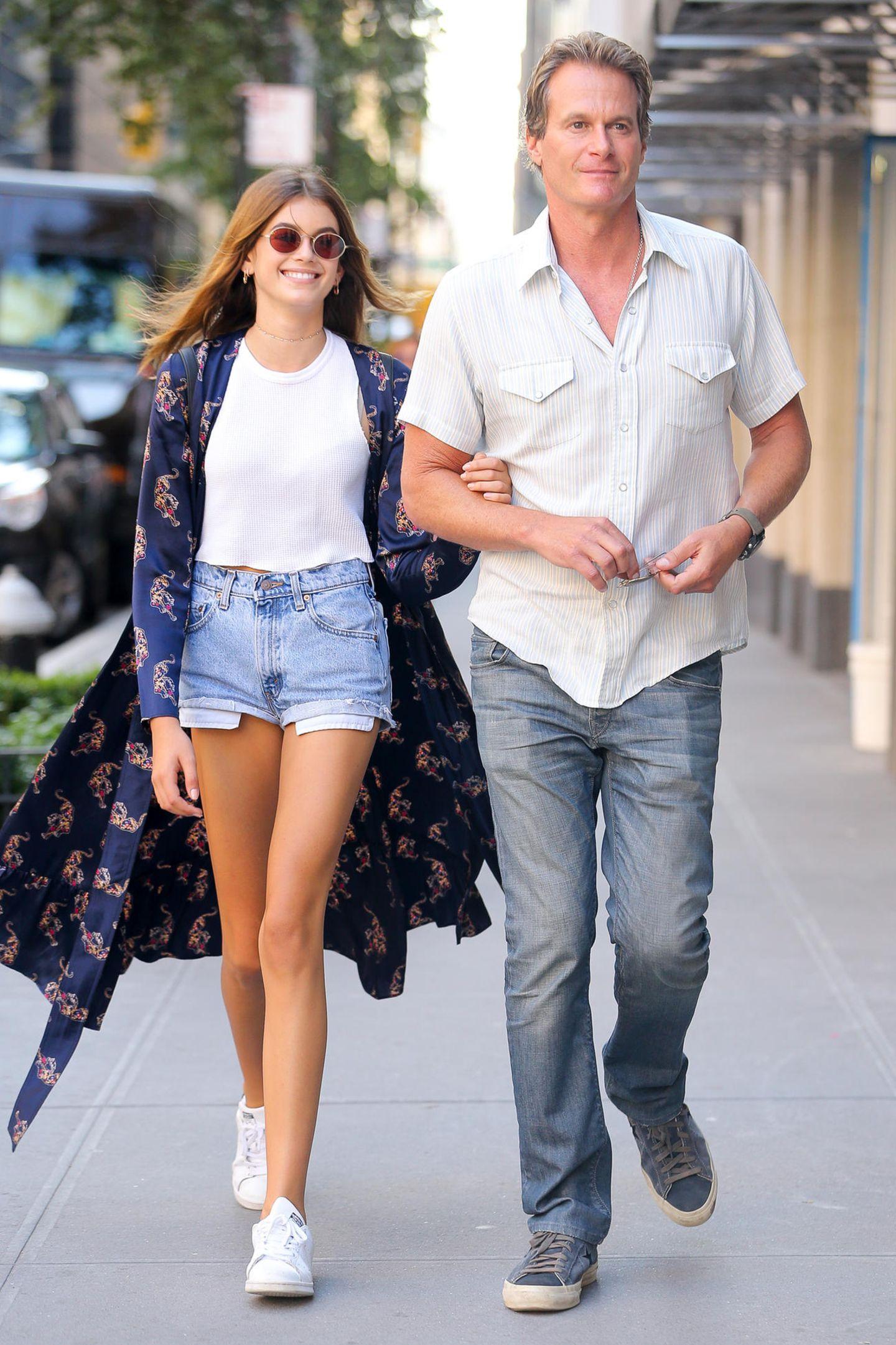 Weißes Shirt und Jeans sind ein bequemer Vater-Tochter-Look, Kaia zeigt mit dem floralen Mantel aber schon ihren ganz eigenen Style.