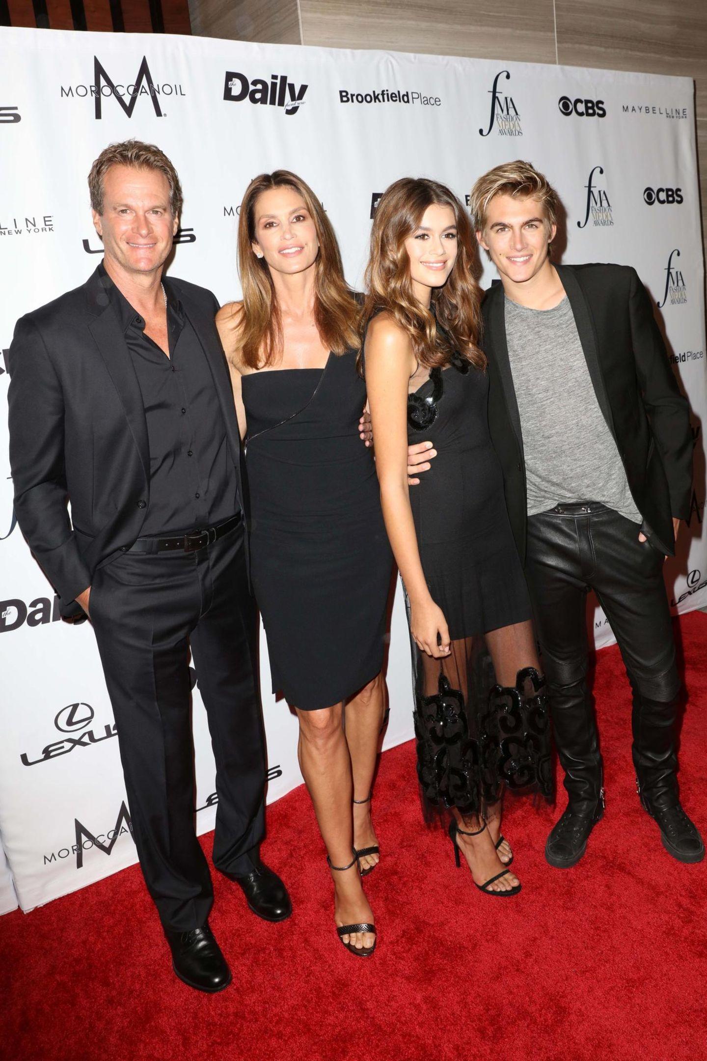 Im schwarzen Familien-Partnerlook sind Rande Gerber, Cindy Crawford, Kaia und Presley bei den Fashion Media Awards der Blickfang des Abends.