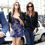 Was für ein schickes Mutter-Tochter-Duo! Kaia sieht im Asia-Style-Dress mit Bikerjacke hinreißen aus, Mama Cindy zeigt sich wie üblich lässig-elegant in Jeans und Seidenhemd.
